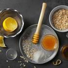 Hausmittel gegen Pickel: Ein Stillleben mit Honig, Haferflocken und Zitrone auf dem Tisch