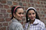 Trendfrisuren für den Sommer: Zwei Frauen mit Haarreif