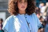 Trendfrisuren für den Sommer: Frau mit Locken