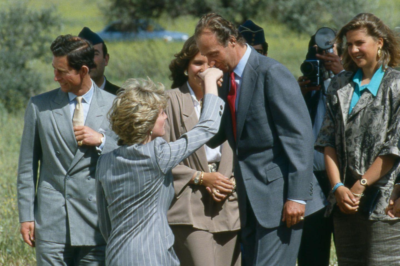 Juan Carlos gibt Prinzessin Diana einen Handkuss