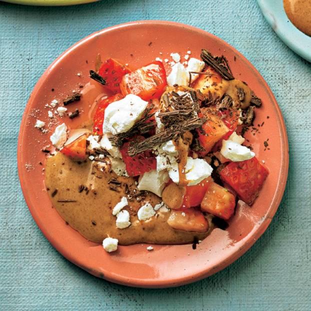Erdbeeren mit Mandelmus-Soße und Baiser