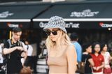 Trendfrisuren für den Sommer: Frau mit Bucket Hat
