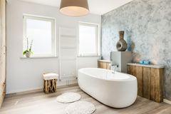Haushaltstrick: Mit dieser Frucht wird die Badewanne sauber: Helles Bad mit freistehender Badewanne