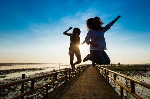 Autophagie: Zwei junge Frauen springen hoch