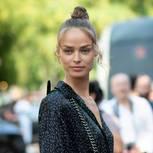 Trendfrisuren für den Sommer: Frau mit Dutt und Wellen