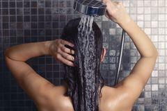 Wahr. Und der Grund ist ganz einfach. KaltesWasser glättet die Schuppenschicht des Haares, wodurch das Licht besser reflektiert wird. Die Folge ist eine Extraportion Glanz. Doch der kalte Spülwaschgang hat nicht nur optische Vorteile. Im warmen Zustand ist das Haar ganz besonders empfindlich, es bricht –gerade beim Kämmen – also schneller ab. Kühlen wir es hingegen vorher runter, ist es wesentlich strapazierfähiger.