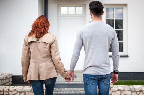 Paar vor der Haustür