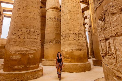 Einreisebestimmungen Ägypten: diese Dokumente brauchst du: Frau läuft durch Karnak Tempel