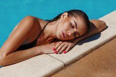 Body Highlighter: Frau am Pool