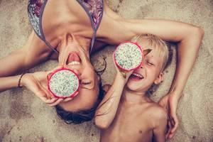 Urlaub mit Scheidungskindern: Mutter und Sohn am Strand