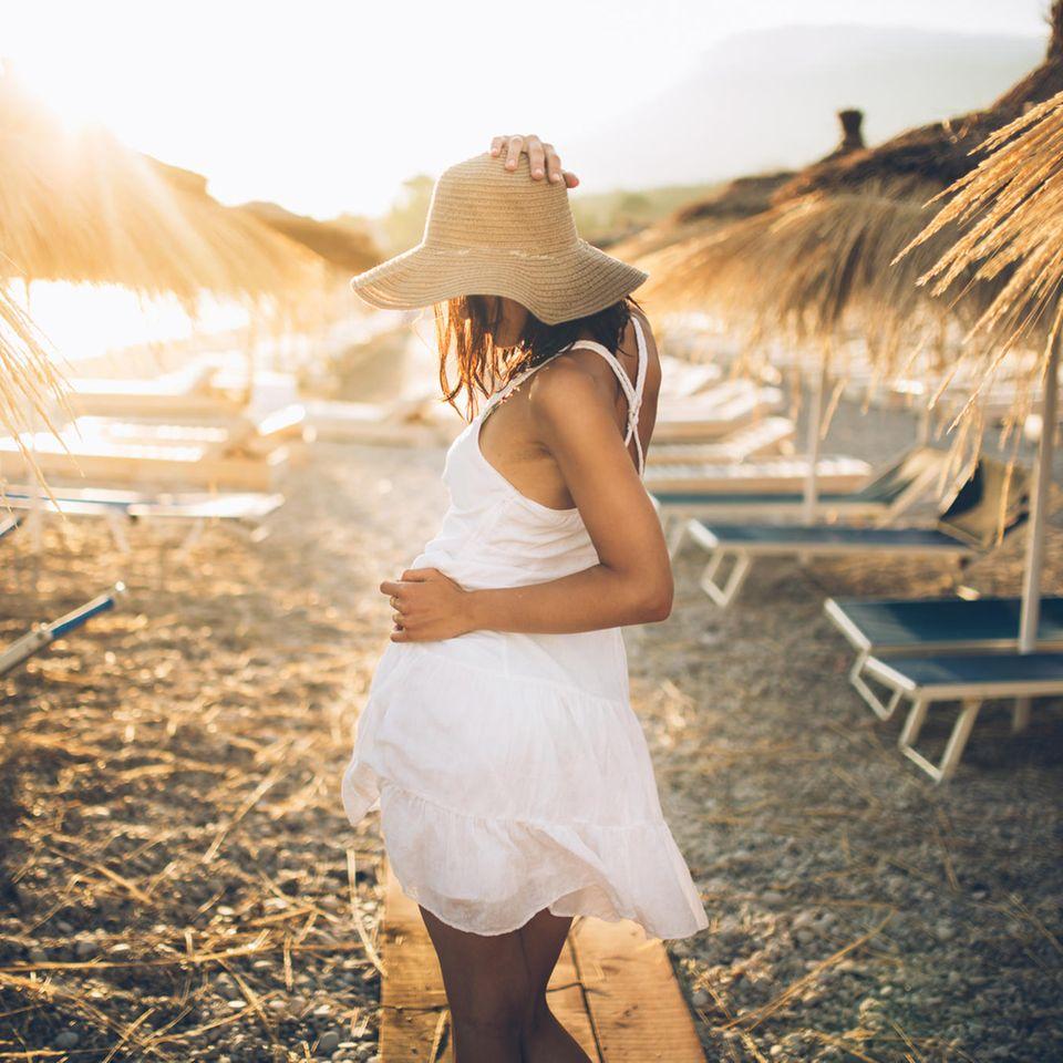 Sonnenbrand vorbeugen: Frau am Strand