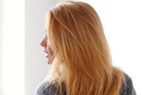 Peach Blonde: Frau mit pfirsichfarbenen Haaren