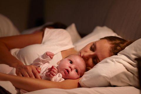 Was Mütter wirklich meinen: Mutter schläft neben Kind