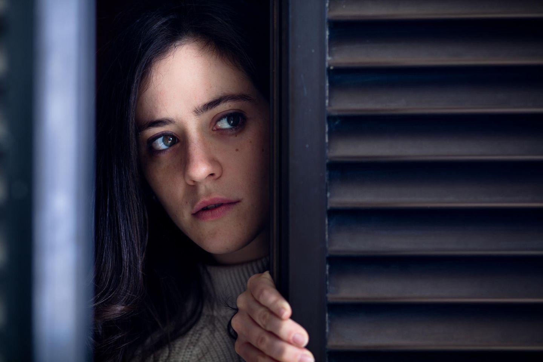 Tick oder Krankheit: Frau späht um die Ecke