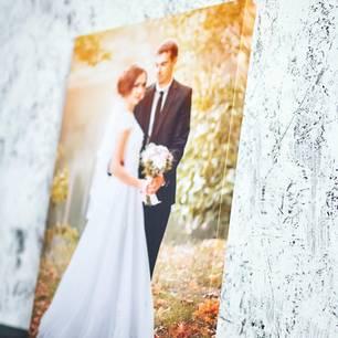 35. Hochzeitstag: Bedeutung, Feier und Geschenke: Leinwand vor einer Marmorwand, darauf ist ein Brautpaar zu sehen