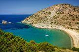 """10 """"Einmal-im-Leben-Trips"""", die du gemacht haben solltest: Bucht der griechischen Insel Syros mit einem Segelboot auf dem Wasser"""