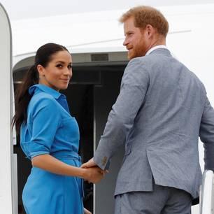 Meghan Markle steigt mit Prinz Harry in ein Flugzeug