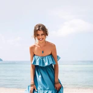 Sommerkleider in Blau: Frau in blauem Kleid