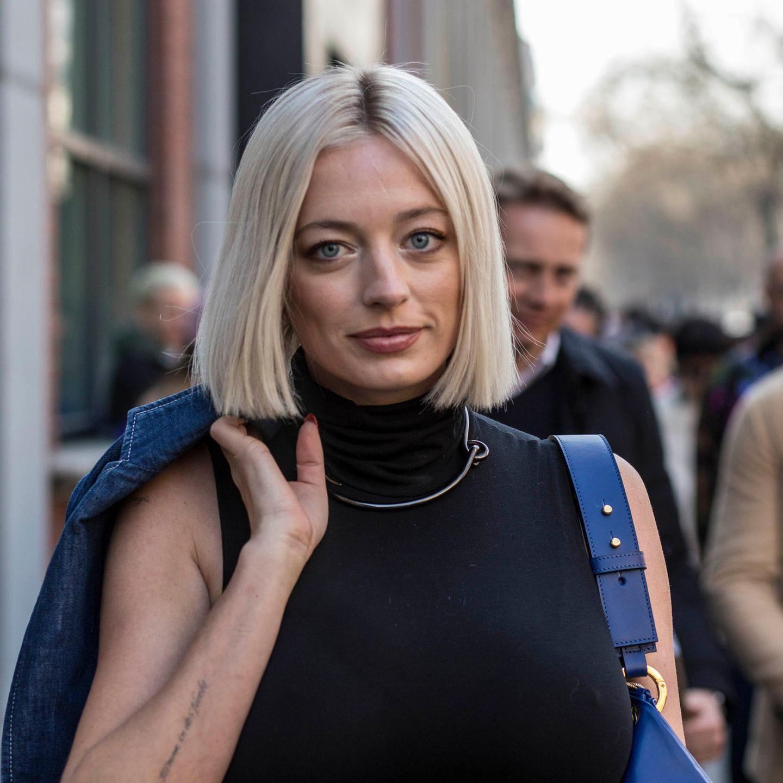 Übergangsfrisuren: Frau trägt mittellanges Haar mit Mittelscheitel