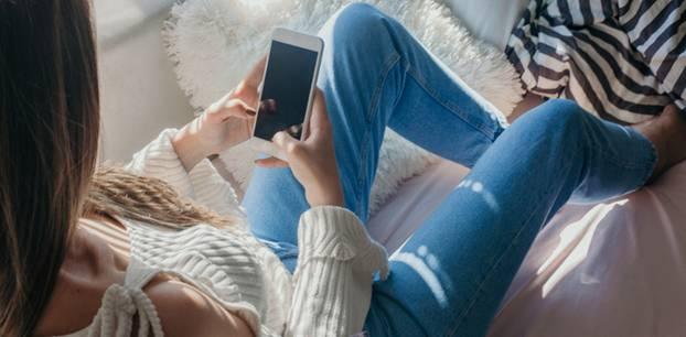 Gesundheitsapps: Frau mit Smartphone