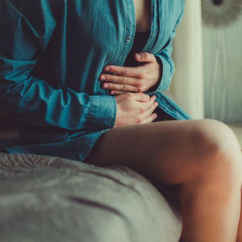 Menstruation: Frau hält sich den Magen