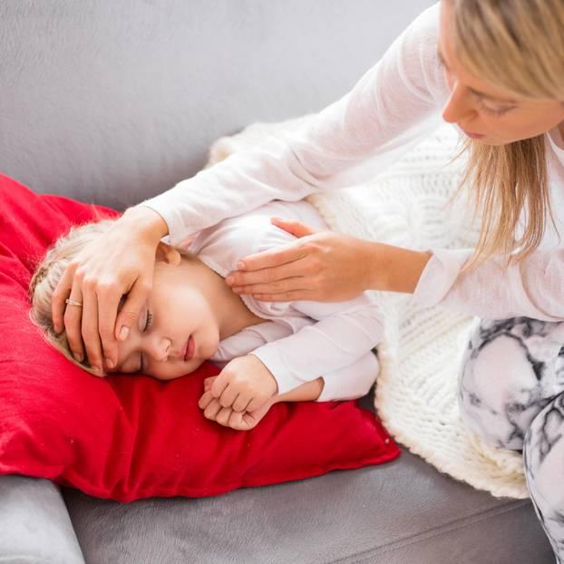 Kind krank: Mutter pflegt krankes Kleinkind