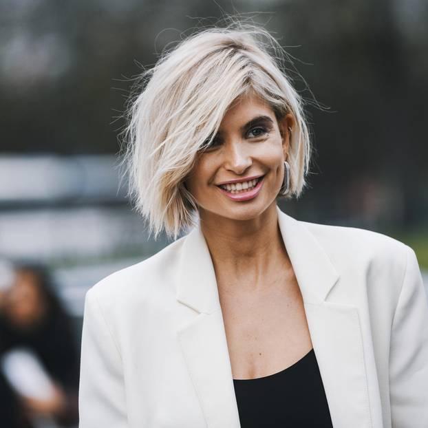 Übergangsfrisuren: Goodbye Pixie, Undercut & Co.! Lächelnde Frau mit kinnlangem Haar