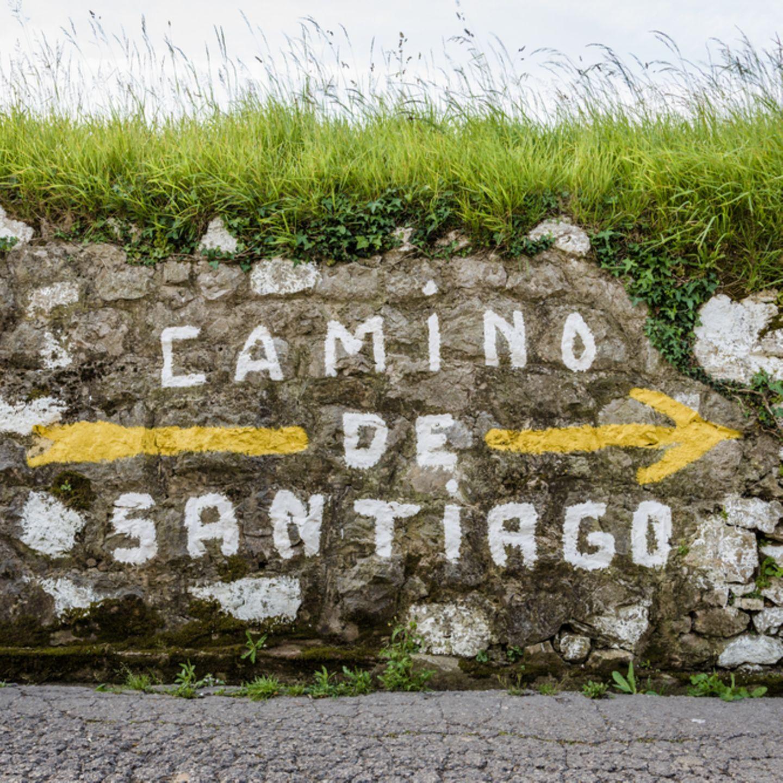 """10 """"Einmal-im-Leben-Trips"""", die du gemacht haben solltest: Steinwand mit der Aufschrift """"Camino de Santiago"""""""