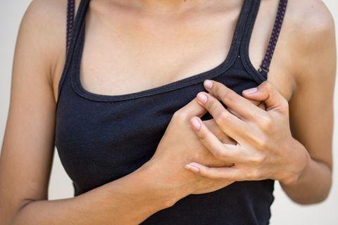 Milcheinschuss: Frau hält sich die Brust