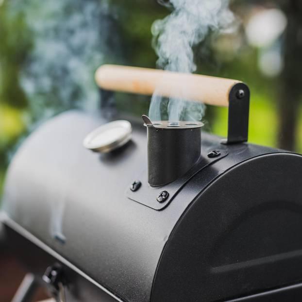 Smoker einbrennen: Rauchender Schornstein am Smoker