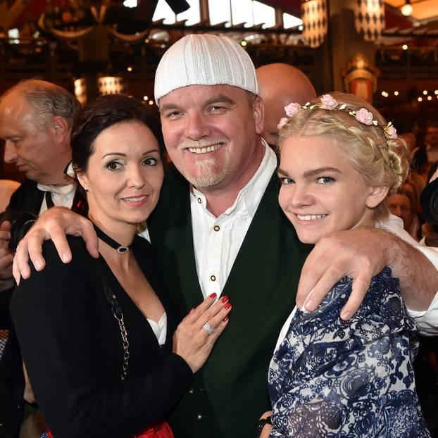 Promi-Nachwuchs: DJ Ötzi mit Ehefrau Sonja Friedle und Tochter Lisa-Marie