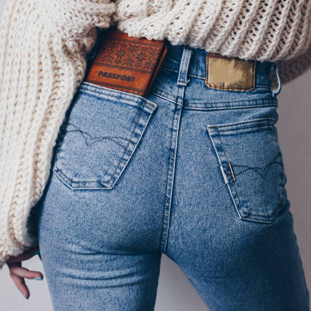 Pickel am Po: Mit diesen Tipps wirst du sie los! Frau in Jeans von hinten