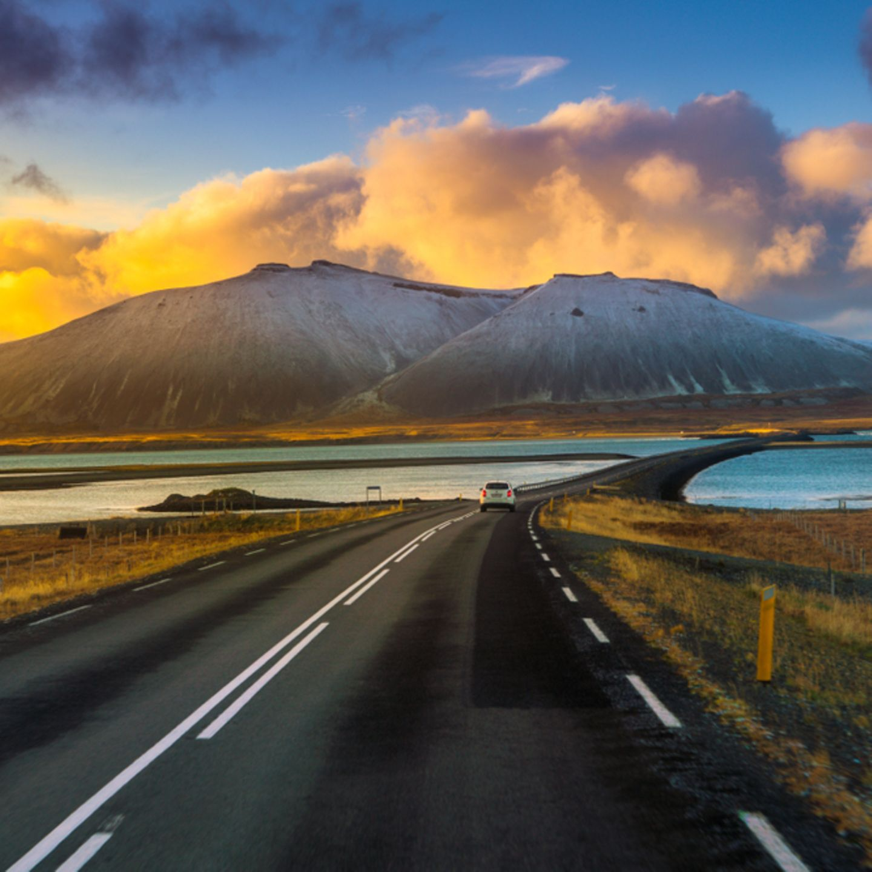 """10 """"Einmal-im-Leben-Trips"""", die du gemacht haben solltest: Ringstraße in Island, Berge im Hintergrund"""