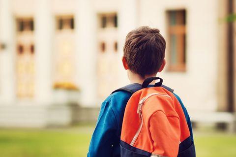 Indiana: Junge mit rotem Rucksack