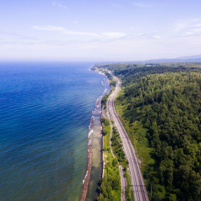 """10 """"Einmal-im-Leben-Trips"""", die du gemacht haben solltest: Eisenbahnstrecke am Baikalsee"""