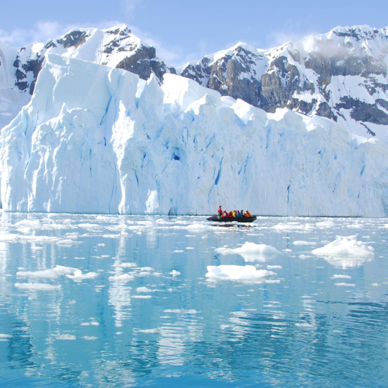 """10 """"Einmal-im-Leben-Trips"""", die du gemacht haben solltest: Boot mit Menschen in der Antarktis"""