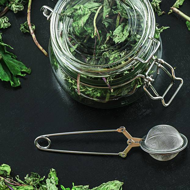 Minze trocknen: 3 effektive Methoden: Getrocknete Minze in einem Glasgefäß