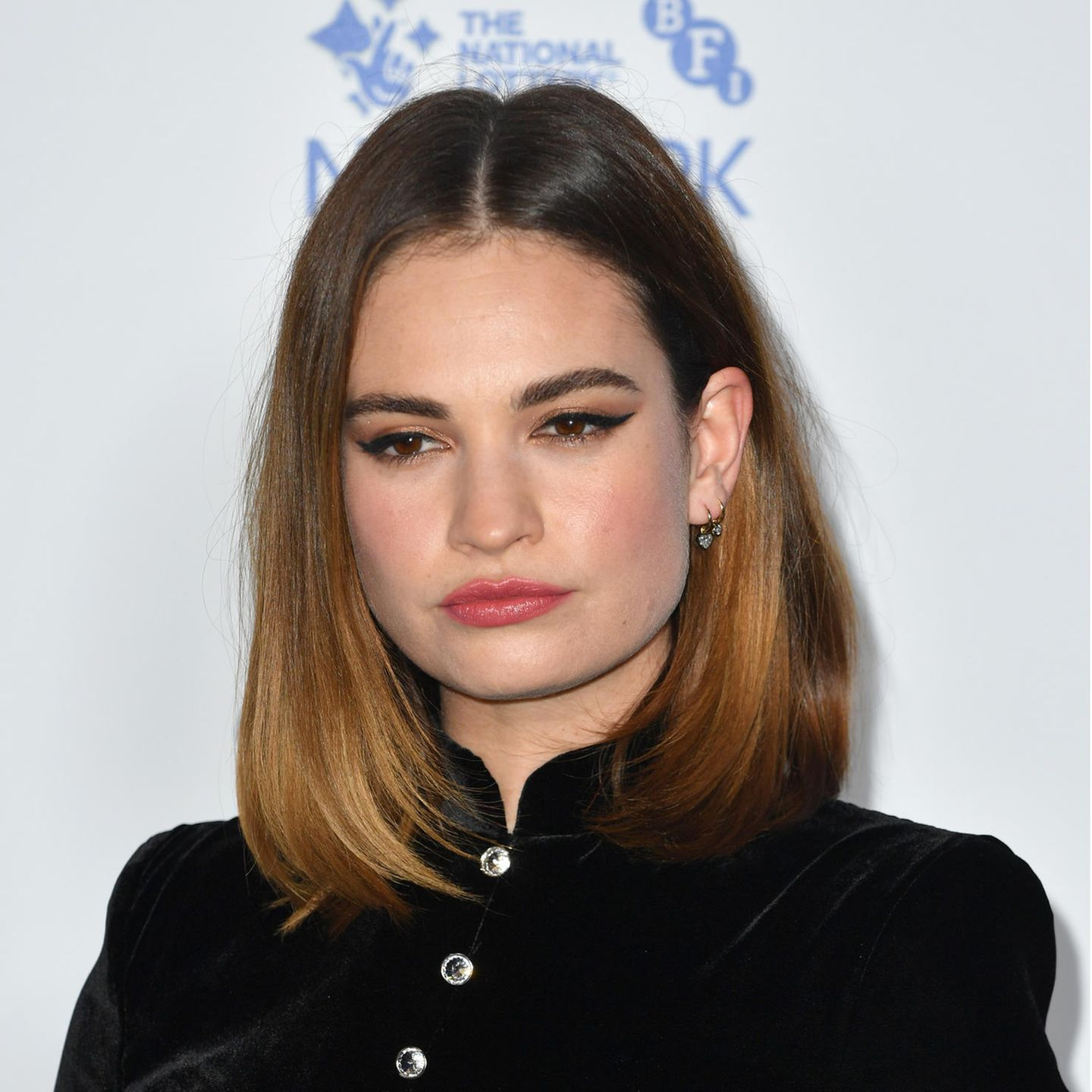 Lilly James mit Long–Bob