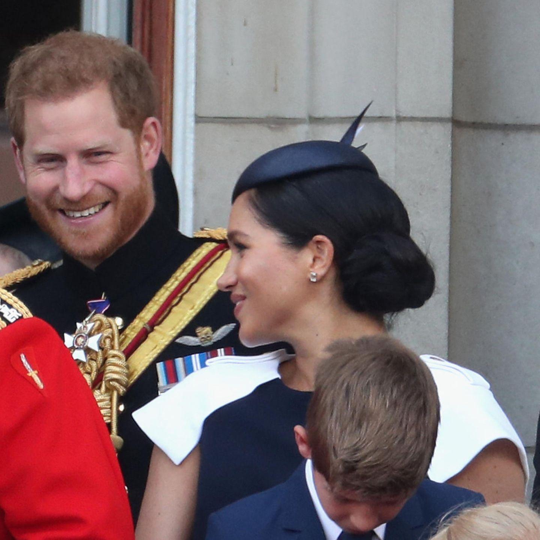 Später auf dem Balkon des Buckingham Palastes gewährte die Herzogin dann auch einen Blick auf ihr Kleid, das durch aufgesetzte weiße Ärmel bestach. An Meghans Anblick sollten wir uns aber dennoch nicht gewöhnen – die Herzogin wird noch bis Oktober in Babypause bleiben, machte jetzt lediglich für die Parade anlässlich des Geburtstages der Queen eine Ausnahme.