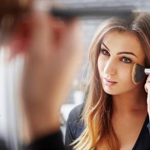 Studie belegt: Schminken schadet der Karriere