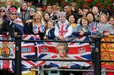 Trooping the Colour: Royal Fans warten auf die Queen