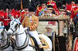 Trooping the Colour: Die Queen wird von Soldaten eskortiert