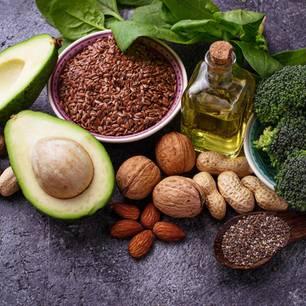Omega-6-Fettsäuren: Nüsse und Öle zusammengelegt
