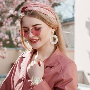 Haarband nähen: Frau mit Haarband und Sonnebrille