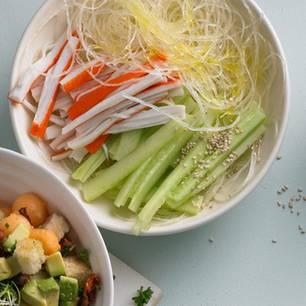 Glasnudel-Salat mit Surimi
