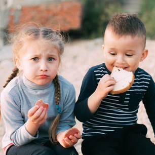 Kita-Kind darf nicht Dialekt sprechen - Kita Kinder essen Brot