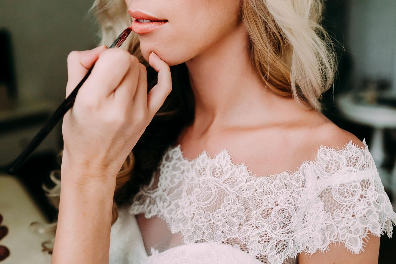 Hochzeits-Make-up: Braut wird geschminkt
