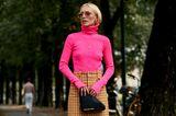 Frau mit Neon–Rollkragenpullover