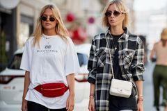 Streetstyle zweier Frauen mit Radlerhosen in schwarz und Denim