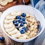 Kohlenhydratreiche Lebensmittel: Haferflocken mit Beeren und Banane